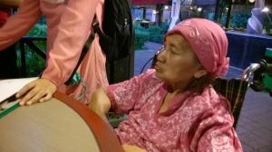 Ini ibunya Ka Santi. Ka Santi sabaar banget untuk mengurus jafin dan ibunya. I really wanna have a strong heart like her!