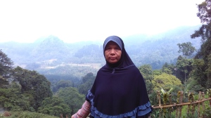 Mom. Mau di foto yang belakangnya ada gunung. Roger mom